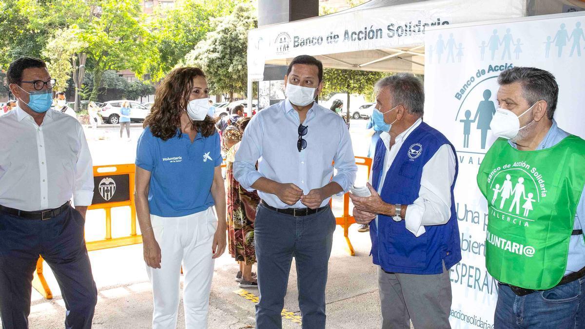 El presidente del Valencia CF, Anil  Murthy, con representantes  de CaixaBank y el Banco de Acción Solidaria.