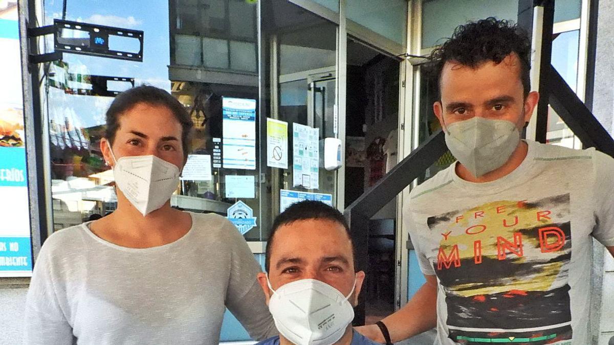 Ángel Pérez, rodeado de su fisioterapeuta , Belén López, y de su monitor Borja Gómez. |  // FERNANDO CASANOVA
