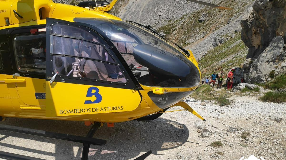 El helicóptero del SEPA en una evacuación en Picos de Europa.