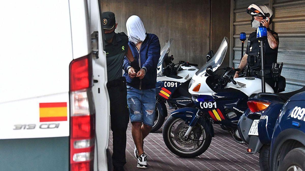 El séptimo detenido por el crimen de Samuel Luiz, antes de subir al furgón de la Guardia Civil para su ingreso en prisión.