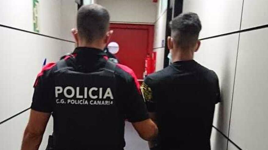 Detienen a un hombre por un delito de agresión sexual en la playa de Las Canteras, en Las Palmas de Gran Canaria