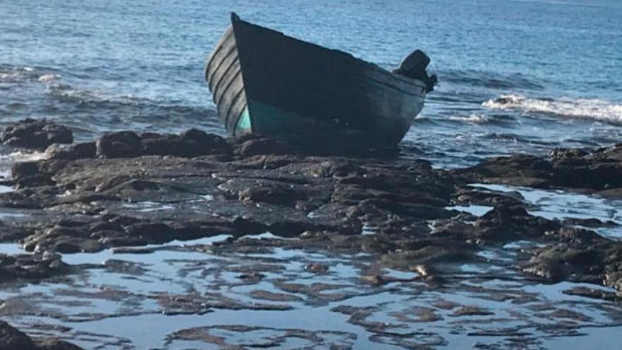 Rescatan un cayuco a unas 200 millas de Canarias con 67 personas, entre ellas un fallecido