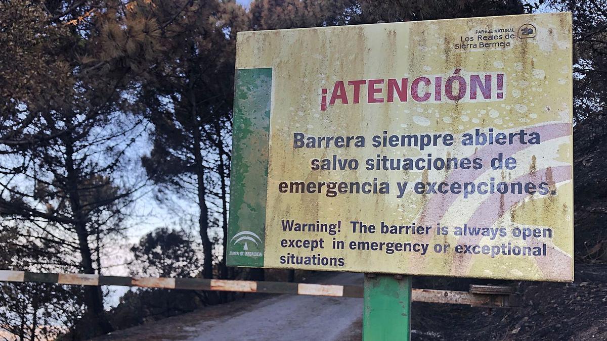 Barrera bajada en la entrada de Los Reales de Sierra Bermeja. | A.I.M.