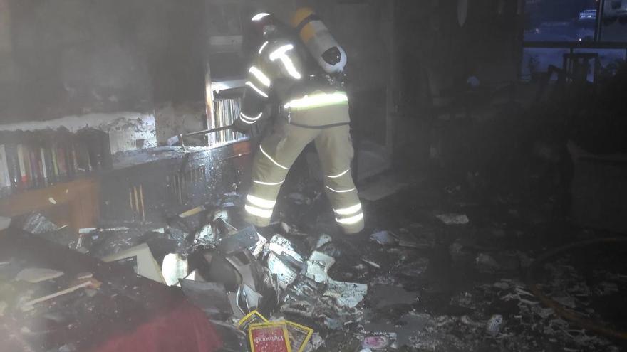 Un incendio obliga a desalojar por completo un edificio de cuatro plantas en Oleiros