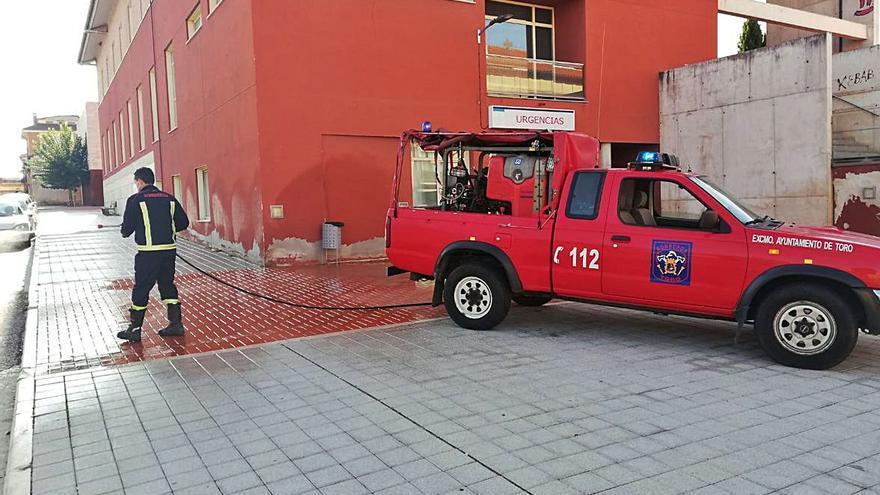 Los bomberos desinfectan los centros y puntos más concurridos de la ciudad en la lucha contra el COVID-19
