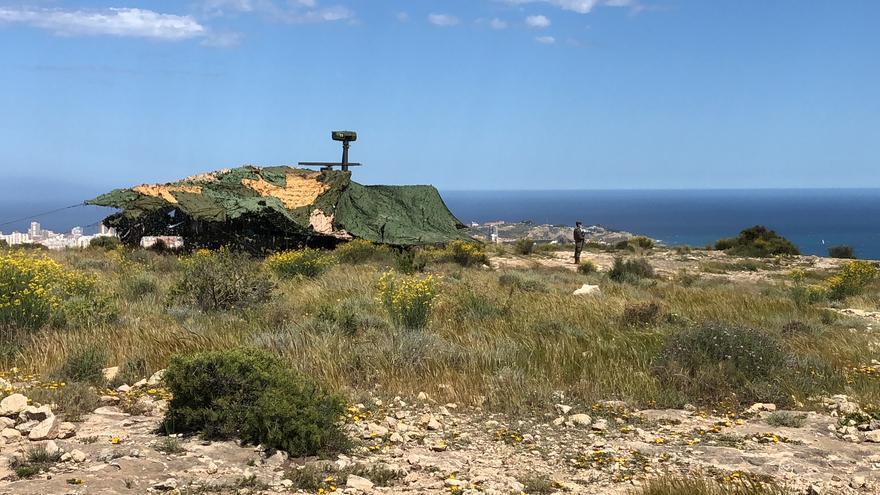 Militares de Artillería de Cádiz realizan unas maniobras en el litoral de Alicante