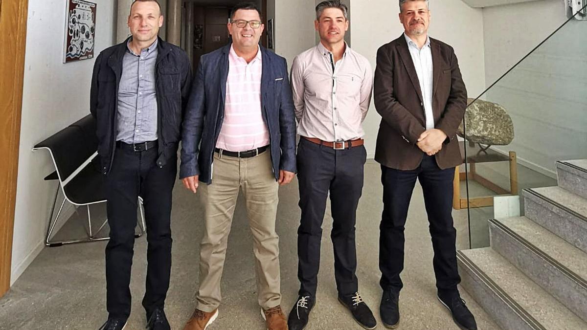 José Manuel Martínez, a la izquieda, junto al alcalde de Muelas y los representantes de Ricobayo y Cerezal.   Ch. S.