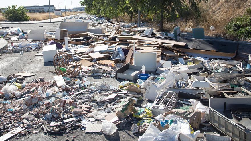 Los escombros se acumulan en el Llano del Espartal de Alicante un mes después de la última limpieza