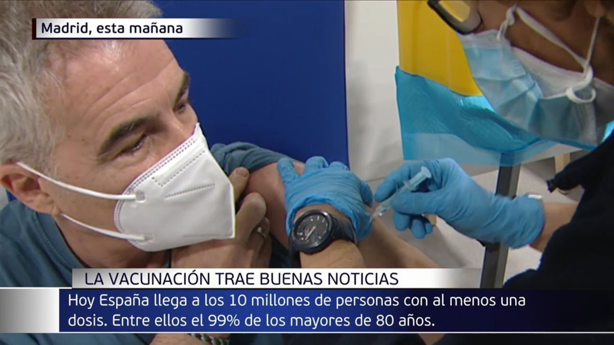 The presenter David Cantero receiving the vaccine.
