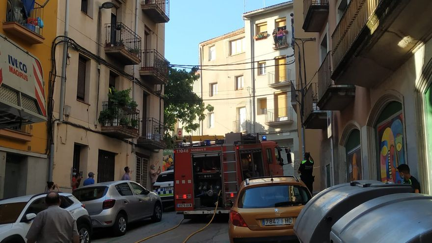 Dos evacuats per inhalació de fum en un foc a la plaça Pedregar