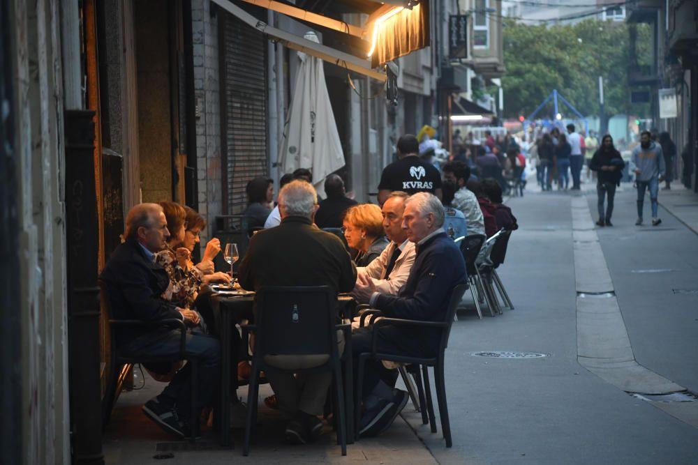 Los barrios de la ciudad preparan sus churrascadas y sardiñadas - Más de 200 efectivos supervisan el cumplimiento de las normas.