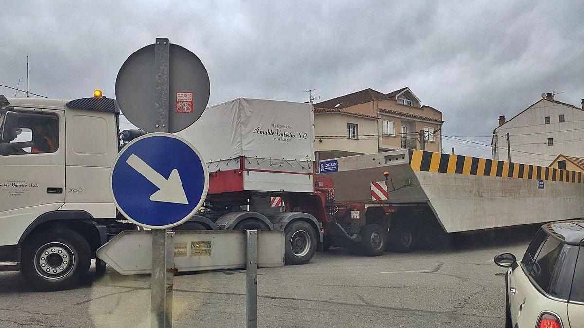 El camión de transporte especial con uno de los módulos en la rotonda del Portal do Almacén.