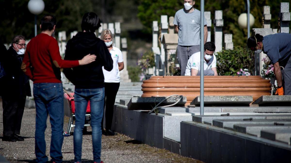 Entierro por un fallecido a causa del coronavirus,  en el cementerio de Santa Mariña en Ourense. // Brais Lorenzo