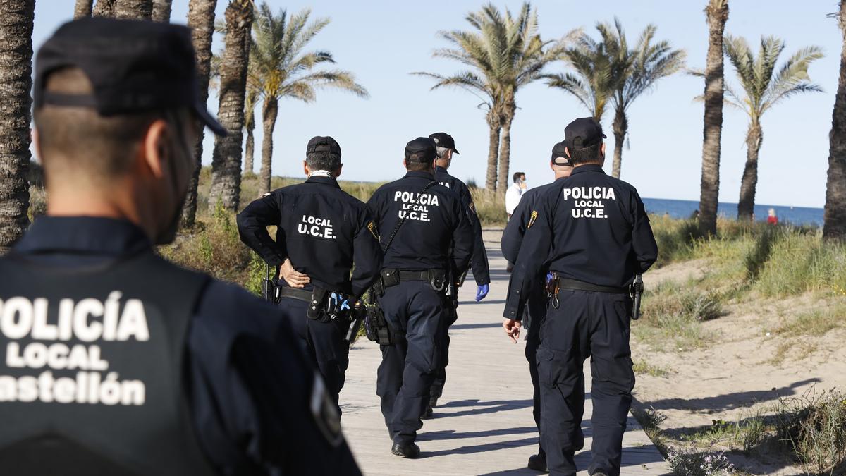 Efectivos de la Policía Local de Castelló patrullaban ayer en la zona de la playa del Pinar del Grau para evitar botellones.