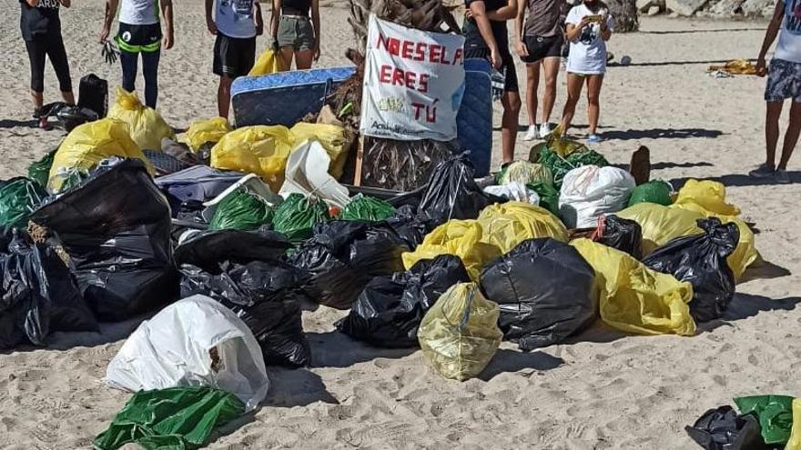 La limpieza de la playa de San Gabriel reúne a voluntarios de toda la ciudad