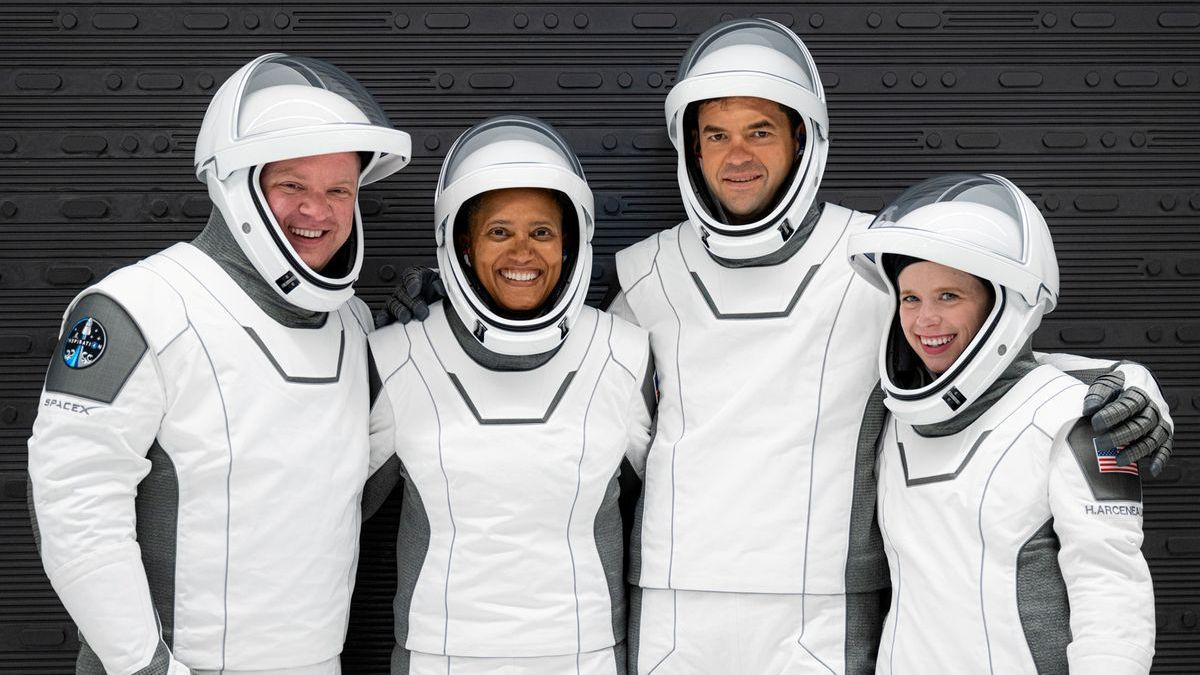 Els quatre tripulants del primer vol civil a l'espai