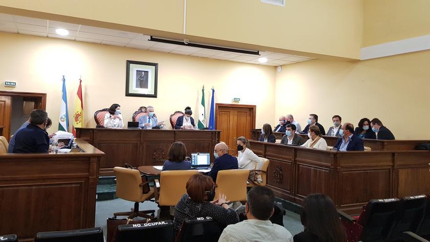 La oposición abandona el pleno de Lucena tras el enfrentamiento de una edil del PSOE con Vox