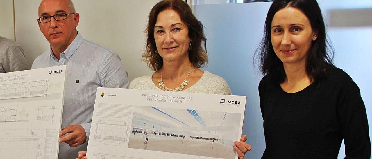 La arquitecta Leticia Martín, a la derecha, durante la presentación del proyecto del pabellón.   INFORMACIÓN