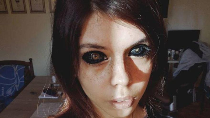 Una influencer se queda ciega por tatuarse los ojos para parecerse a su rapero favorito