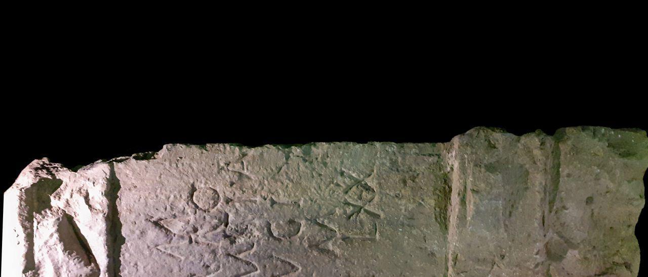 Imagen de la lápida romana hallada.