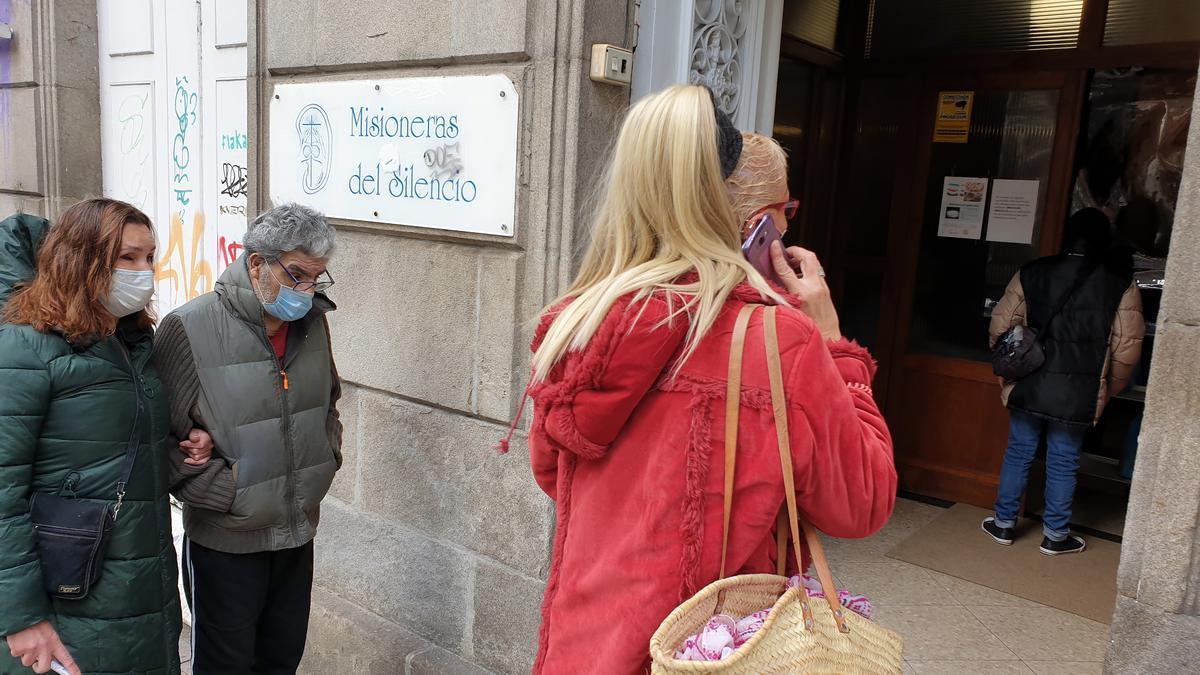 Varias personas en una de las 'colas del hambre' de Madrid.