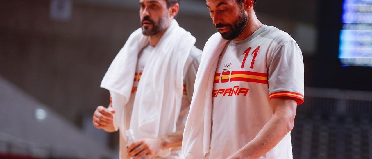Dani Sarmiento se lamenta tras la eliminación española en las semis olímpicas ante Dinamarca, junto a Raúl Enterríos