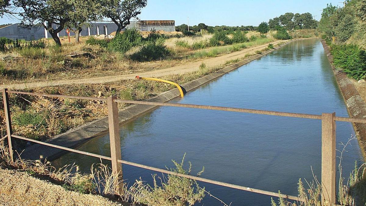 El canal Toro Zamora repleto de agua en una imagen de archivo. | L. O. Z.