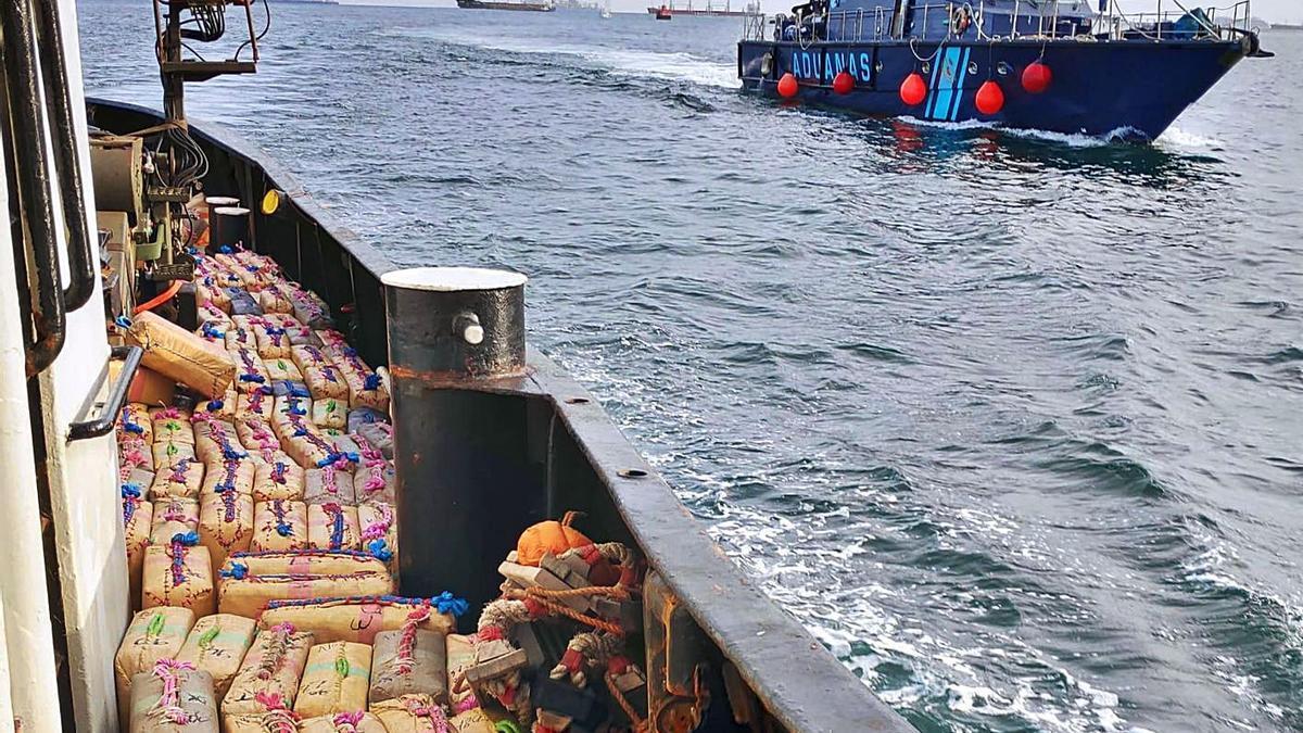 La patrullera de Vigilancia Aduanera 'Sacre', junto al 'Cyklop 1', el buque interceptado con 18.000 kilos de hachís.