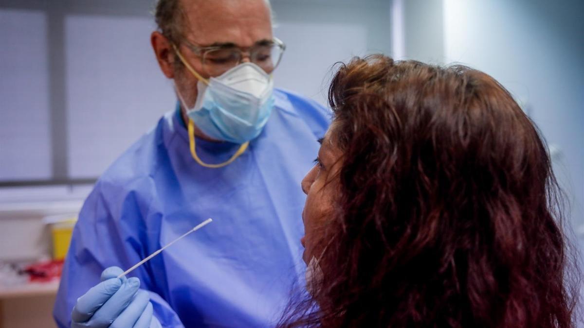 Archivo - Un sanitario realiza una prueba PCR
