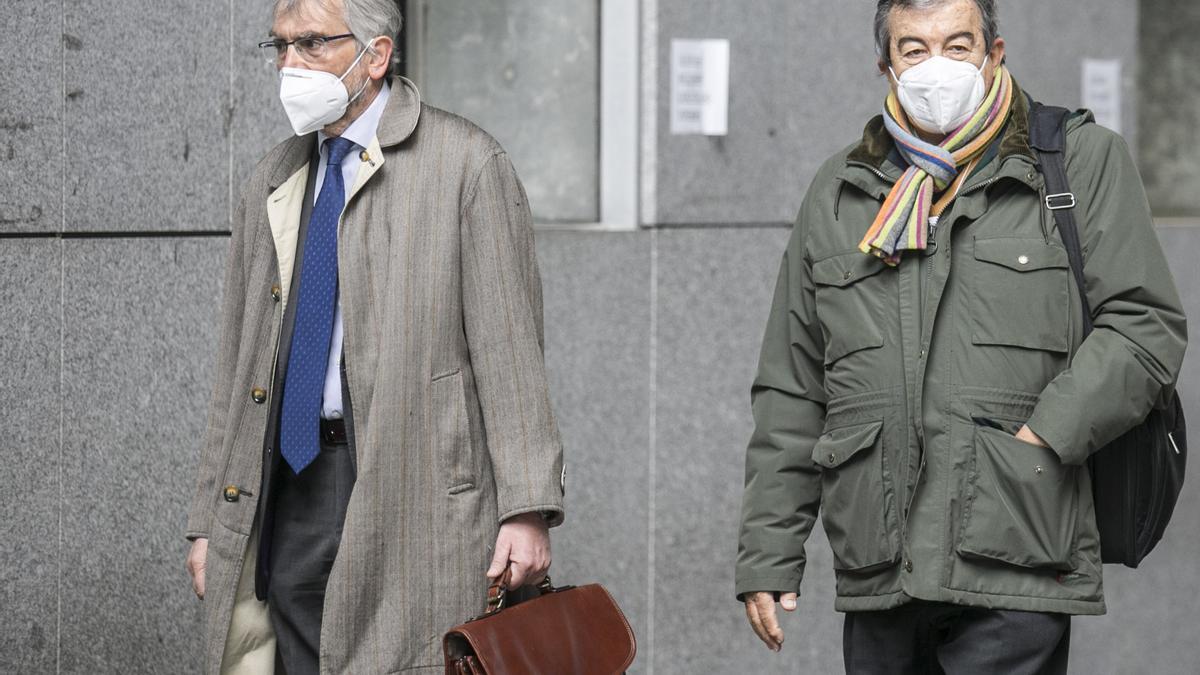 Cascos, en el juzgado de Oviedo, junto a su abogado