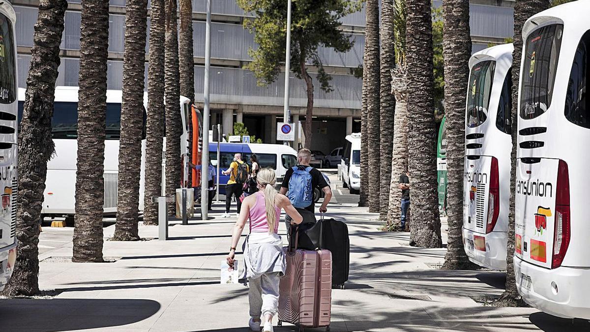 Turistas en las salidas del aeropuerto de Son Sant Joan.