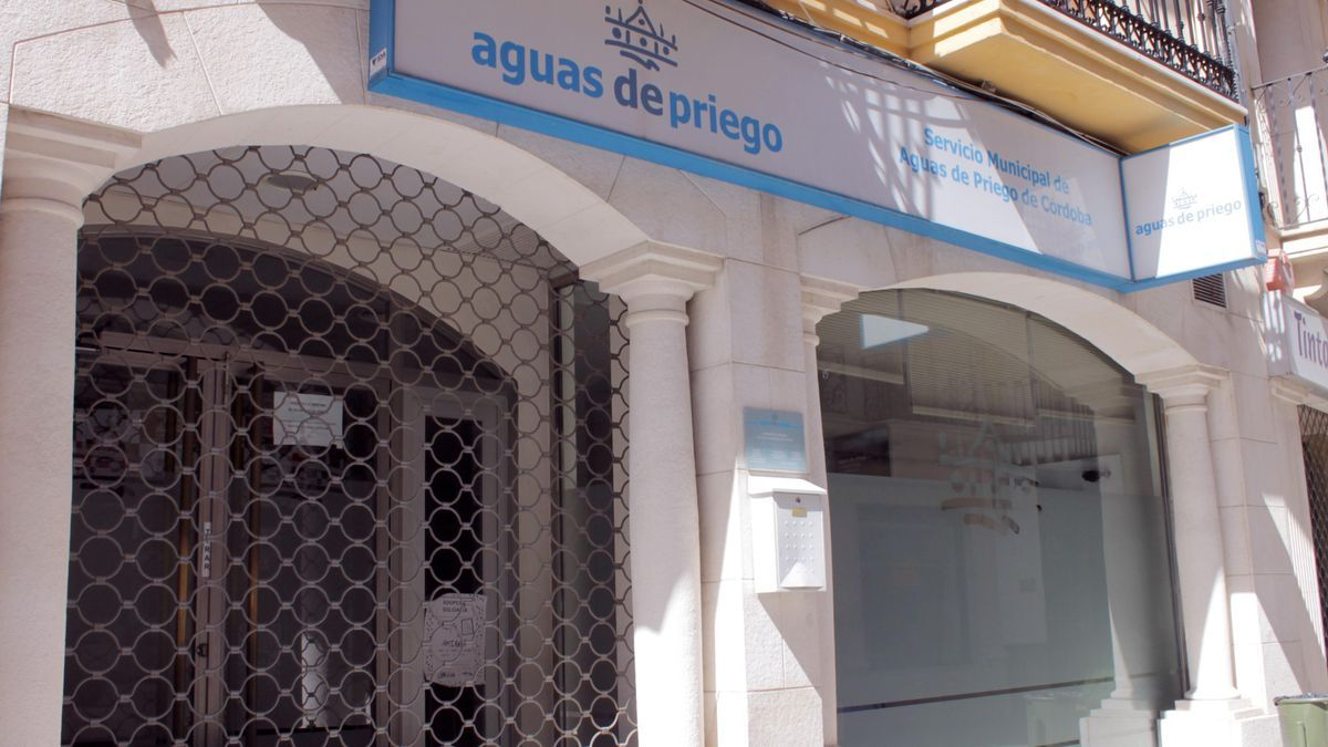 Entrada de la oficina de atención al público de la empresa Aguas de Priego.