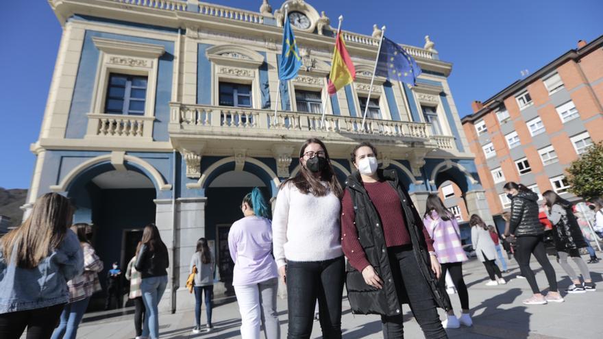 Los estudiantes del IES David Vázquez de Pola de Laviana protestan contra el frío en las aulas
