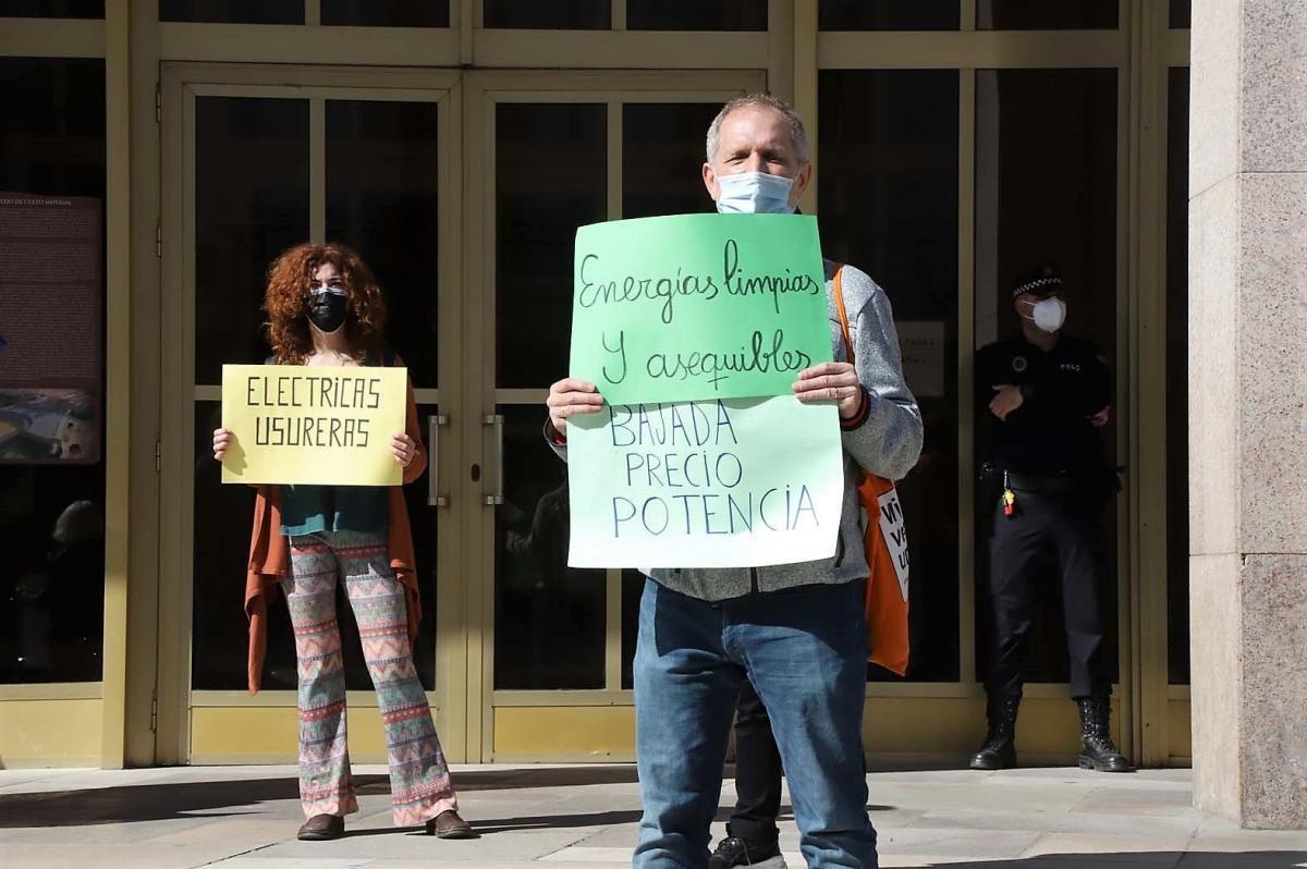 Las imágenes del pleno municipal y las protesta a la puerta del Ayuntamiento