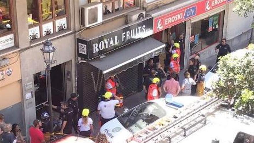 Spezialisten sichern eingestürzten Supermarkt in Palma de Mallorca