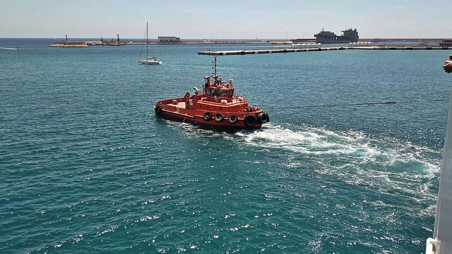 El barco averiado de la Trasmediterránea zarpa a Barcelona con veintiséis horas de retraso