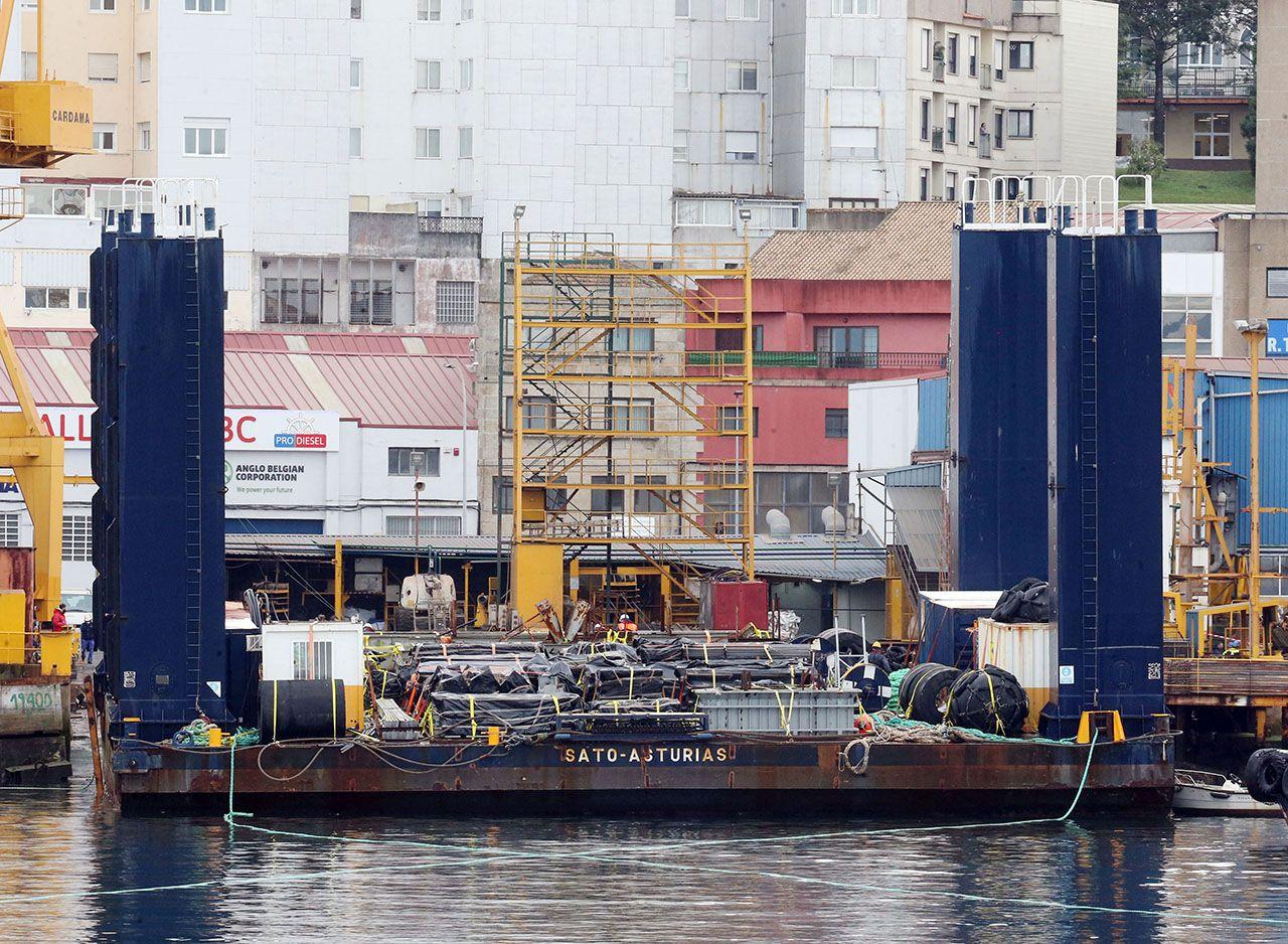 El remolcador Hispania, llegó ayer al puerto de Vigo para trasladar el Evrima