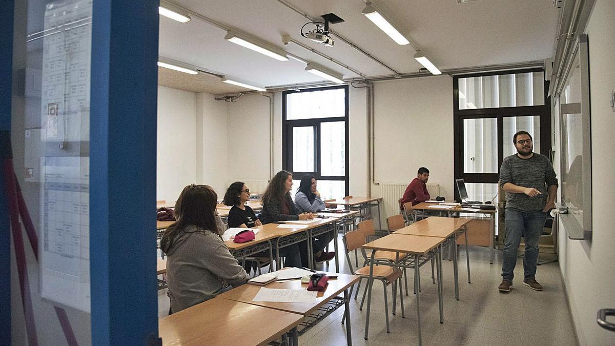 Una aula del batxillerat nocturn a l'institut manresà | ARXIU/OSCAR BAYONA
