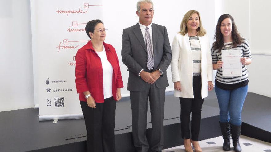 El Consistorio entrega dos becas Innova Canarias