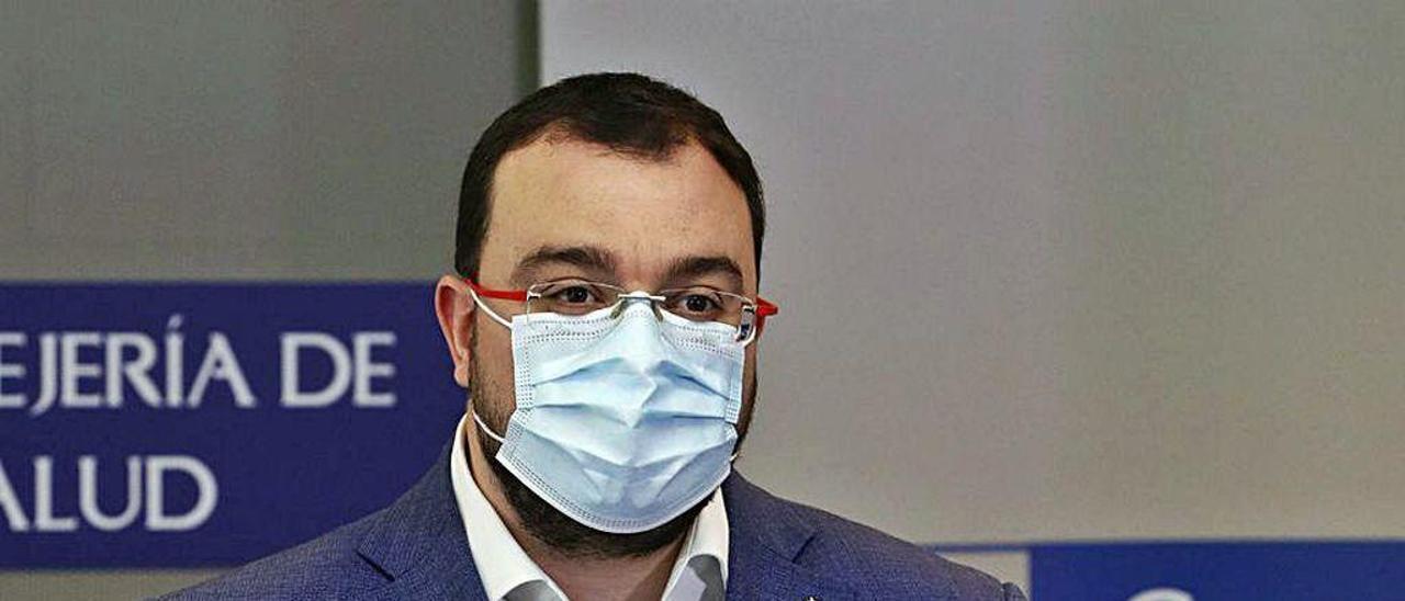 Adrián Barbón, con mascarilla, durante la rueda de prensa de ayer.