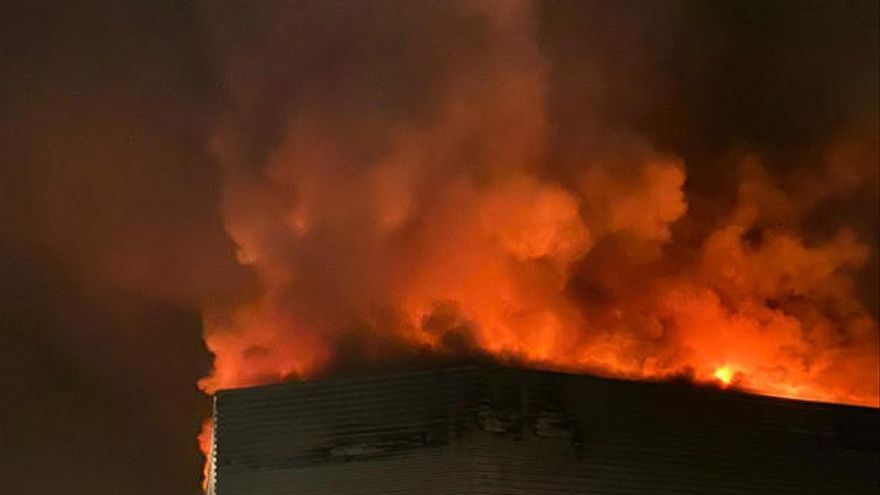 El fuego arrasa una nave en Piadela