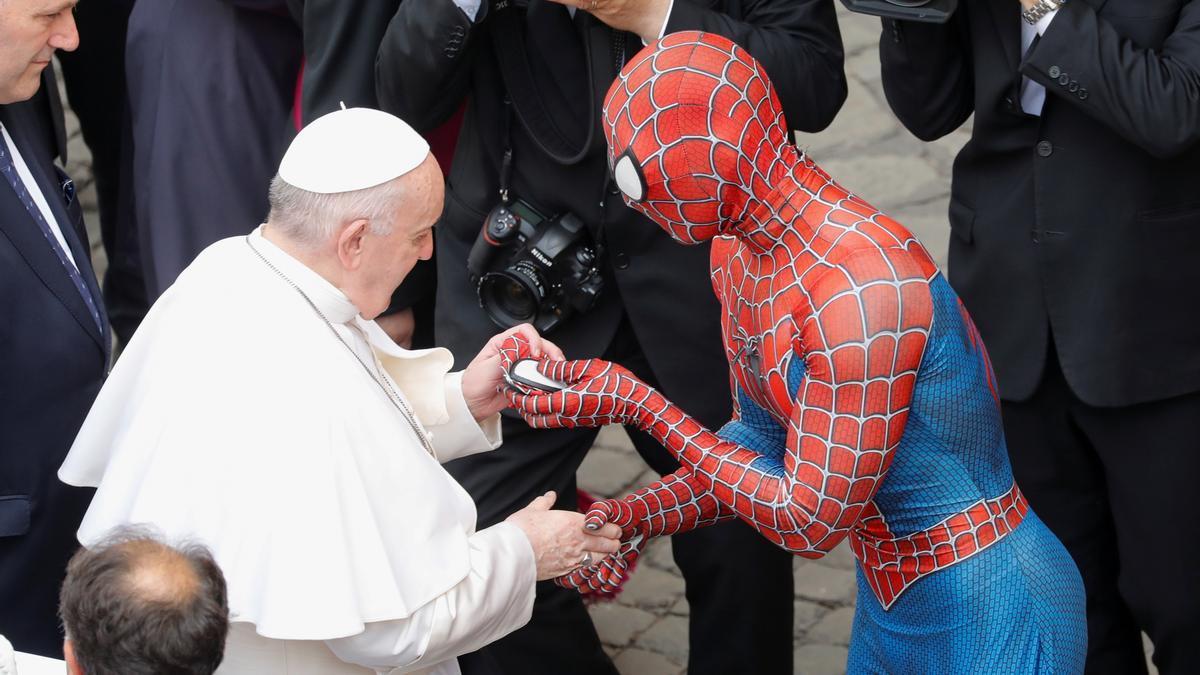 El Papa saluda a Spiderman.