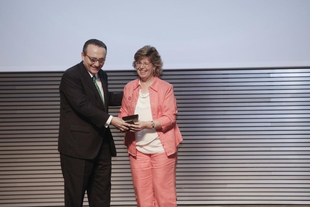 Javier Moll, presidente de Prensa Ibérica, entrega el premio a Magdalena Ruitort, directora de Càritas Mallorca