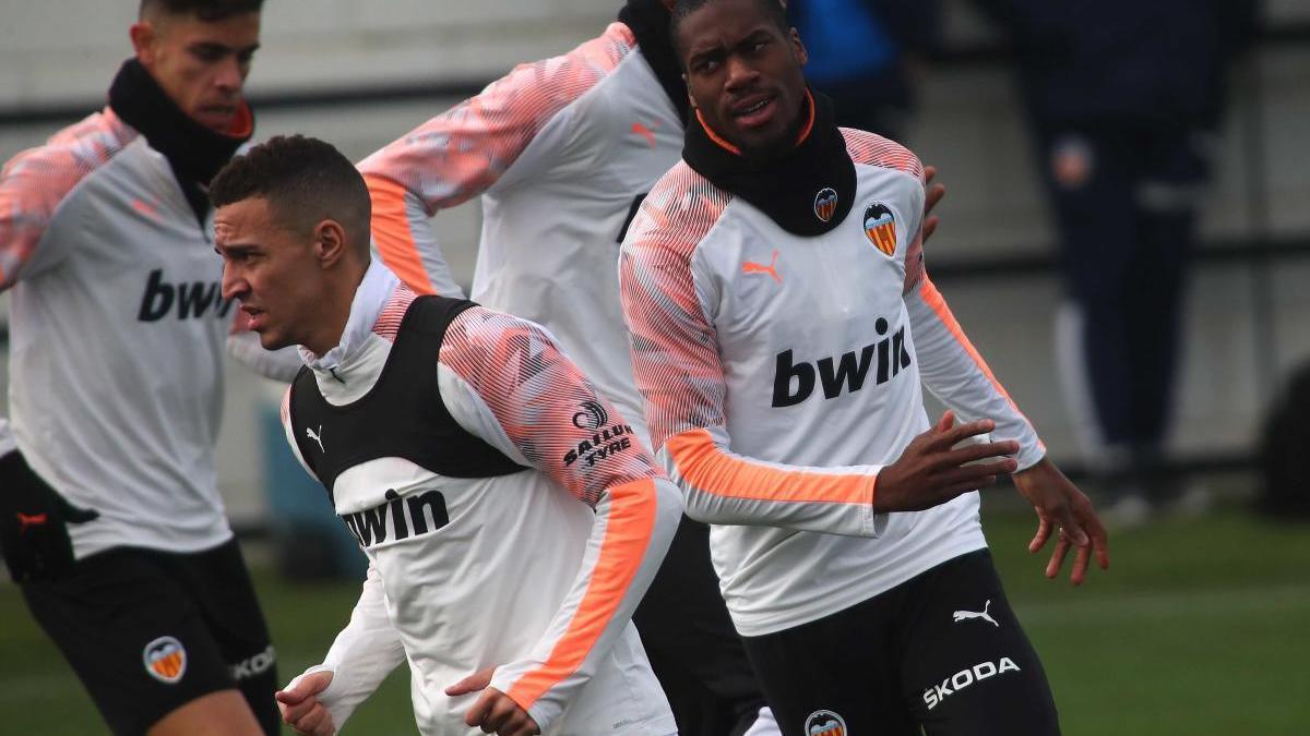 Imagen de archivo de un entrenamiento del Valencia, antes de la suspensión de LaLiga por la covid19.