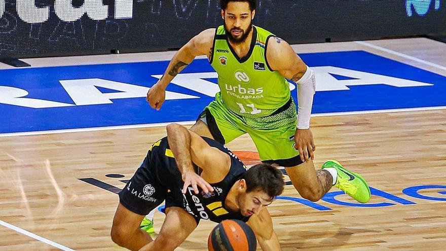 Bruno Fitipaldo trata de controlar el balón ante la defensa de Melo Trimble en una acción del partido de ayer.