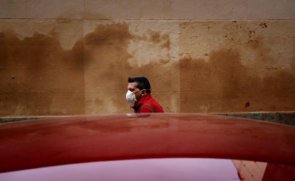 MADRID. 18.03.2020. CORONAVIRUS. Una persona camina por la calle con mascarilla. FOTO: JOSE LUIS ROCA