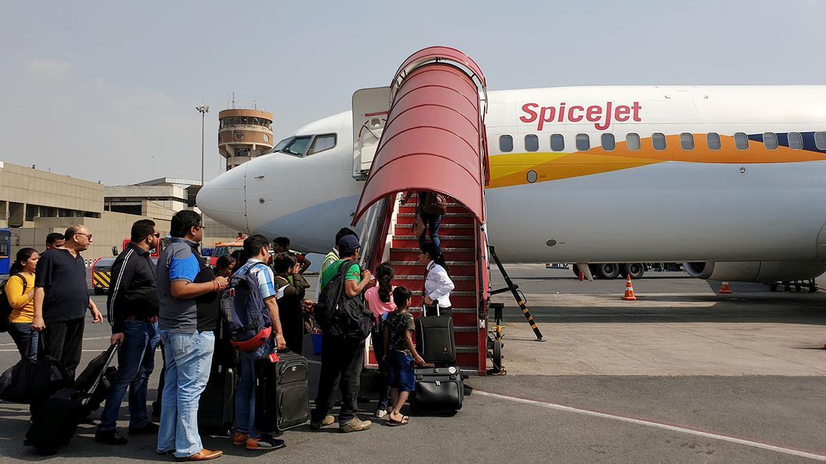 Pasajeros en el aeropuerto de Nueva Delhi en India