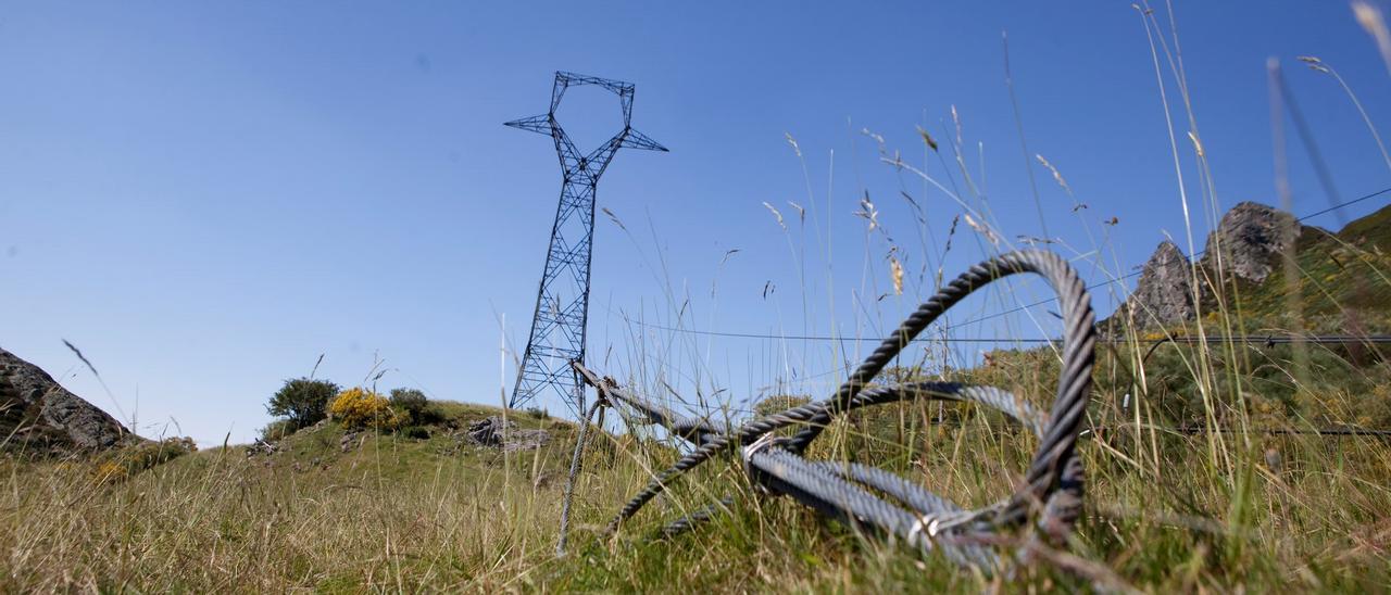 Una de las torres de la línea, en el concejo de Caso.