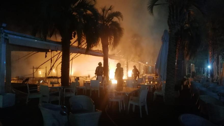 Un incendio arrasa con la terraza del restaurante Gutiérrez Puerto