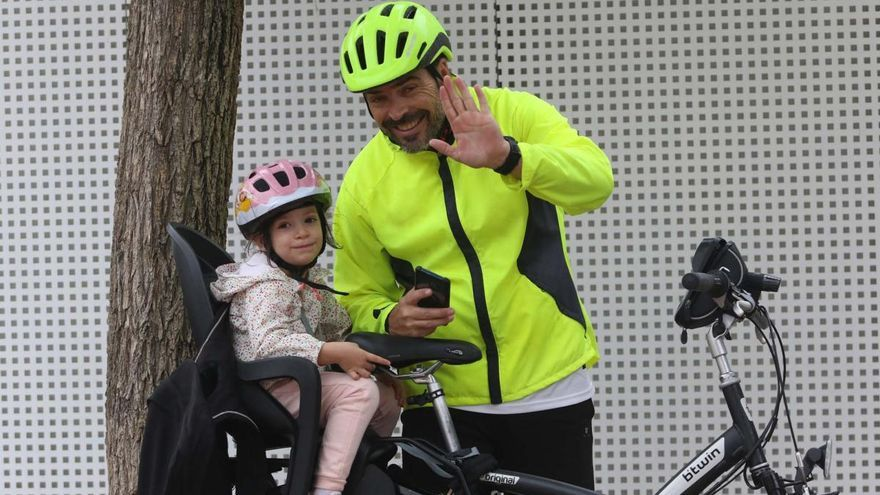 Unas 300 personas desafían a la lluvia y dan vida a la Fiesta de la Bicicleta